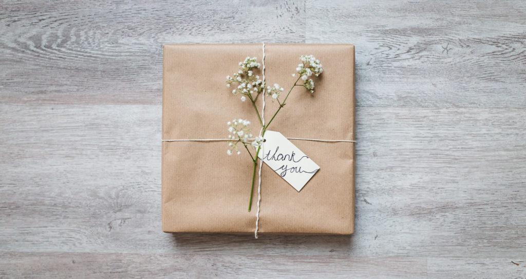 cadeau geboortefotografie 1024x543 - Tips om geboortefotografie te kunnen betalen