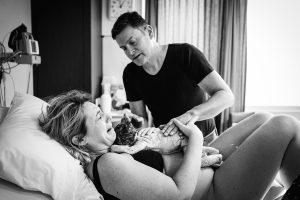 eerste reactie geboortefotografie 300x200 - Geboorte zelf fotograferen of een geboortefotograaf inhuren?