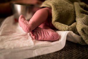geboorte foto 2 300x200 - Geboorte zelf fotograferen of een geboortefotograaf inhuren?