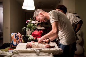 geboortefotograaf thuisbevalling 300x200 - Geboorte zelf fotograferen of een geboortefotograaf inhuren?